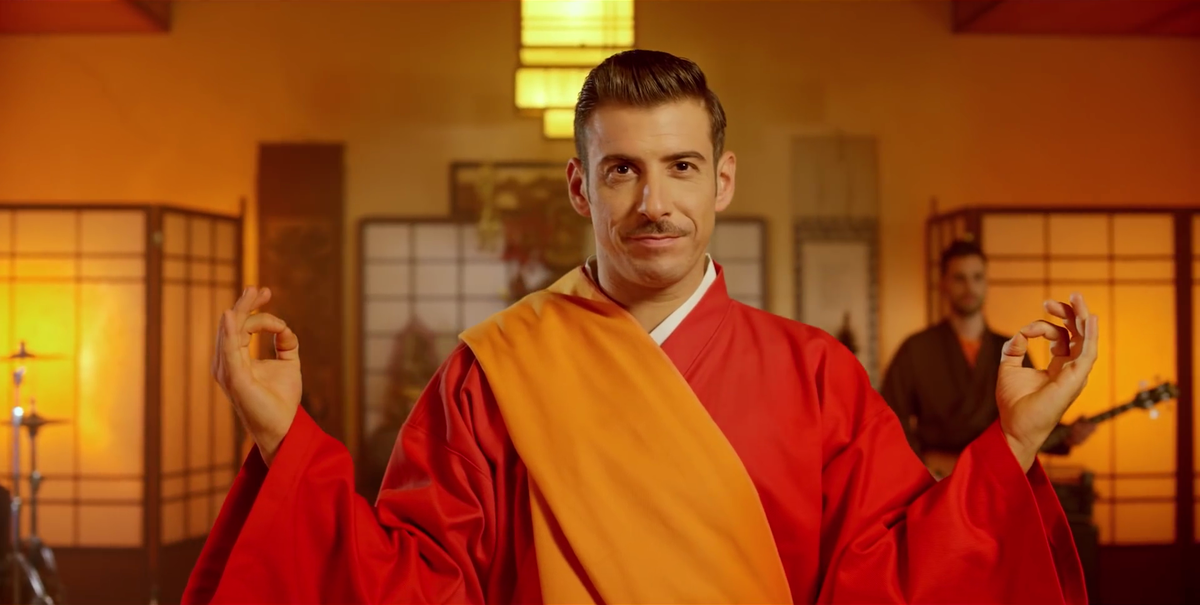 Francesco Gabbani nel video di Occidentali's Karma
