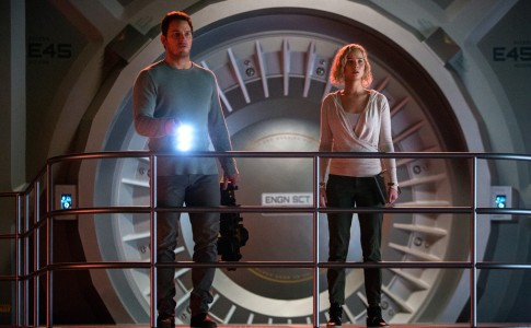Chris Pratt e Jennifer Lawrence in Passengers (Morten Tyldum, 2016)