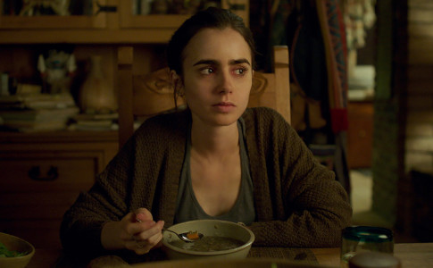 Lily Collins in una scena di To the bone, film d'esordio di Marti Noxon distribuito da Netflix