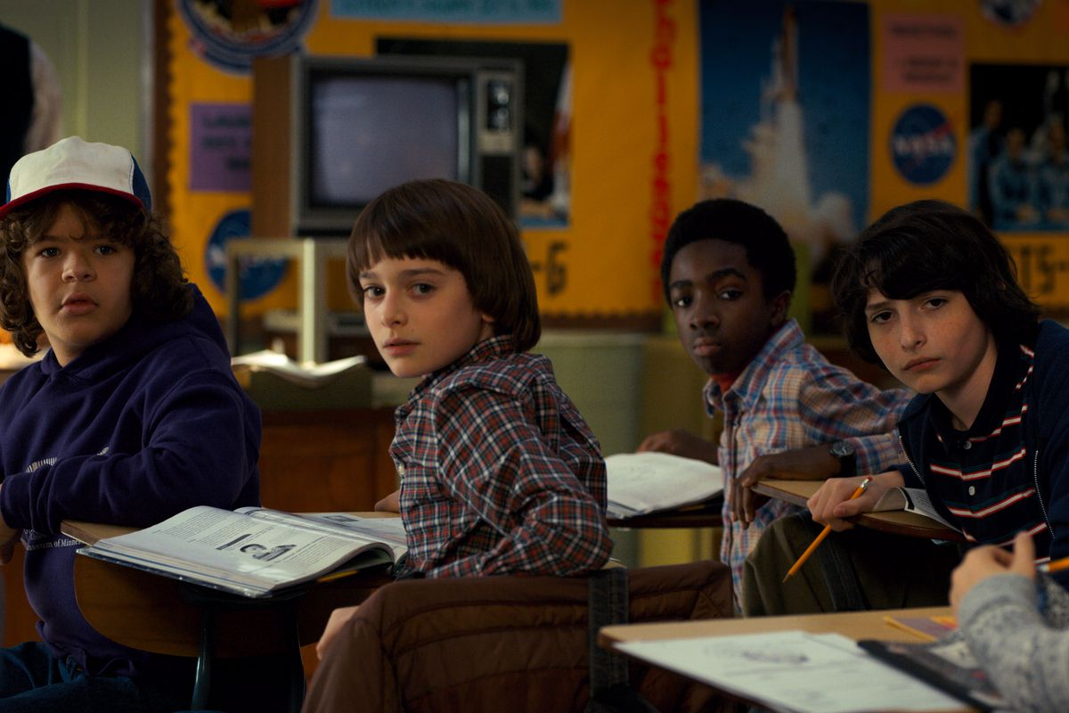 Gaten Matarazzo (Dustin), Finn Wolfhard (Mike), Caleb McLaughlin (Lucas) e Noah Schnapp (Will) in Stranger Things 2