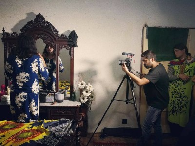 In foto, il regista e attivista Wajahat Abbas Kazmi sul set del documentario Allah Loves Equality