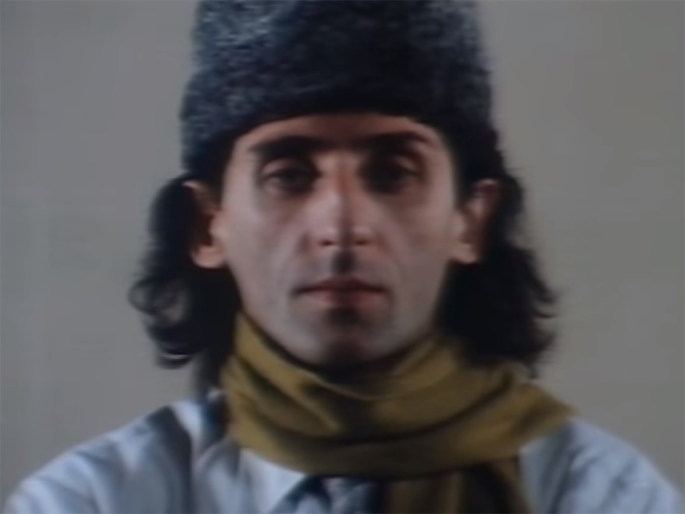 Franco Battiato nel video di Centro di gravità permanente, del 1981