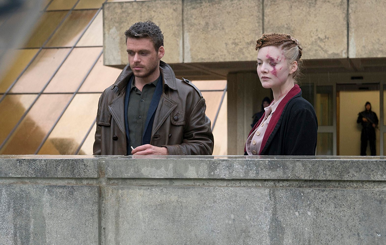 Holliday Grainger e Richard Madden in una scena del terzo episodio della serie Philip Dick's Electric Dreams