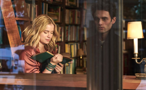 Elizabeth Lail (Beck) e Penn Badgley (Joe) in una scena della serie Netflix You