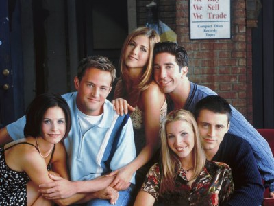 In foto, gli attori della serie TV Friends: Monica Geller (Courteney Cox), Chandler Bing (Matthew Perry), Rachel Green (Jennifer Aniston), Ross Geller (David Schwimmer), Joey Tribbiani (Matt LeBlanc) e Phoebe Buffay (Lisa Kudrow)