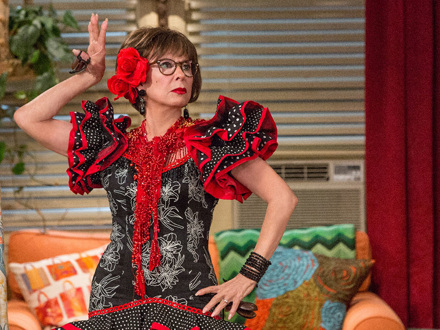Lydia (Rita Moreno) in una scena della serie One Day at a Time