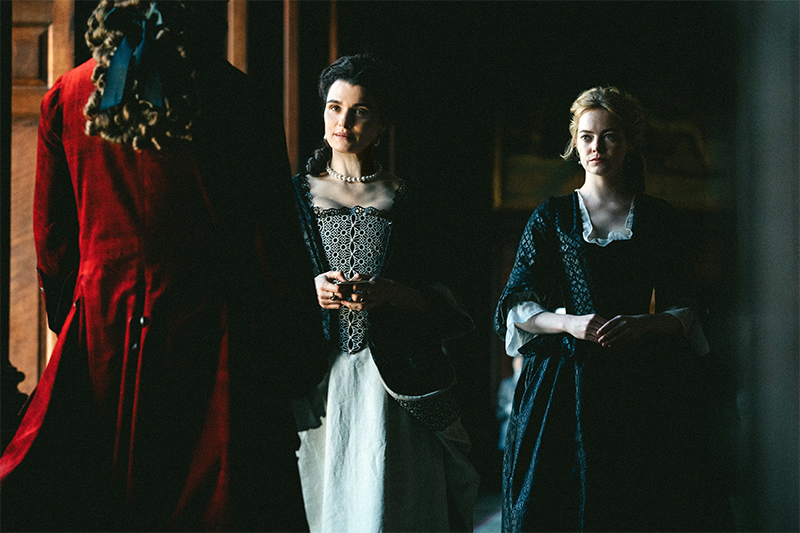 Rachel Weisz ed Emma Stone nel film The Favourite