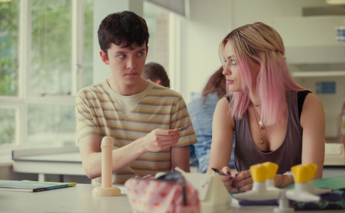 Asa Butterfield ed Emma Mackey nella serie Netflix Sex Education