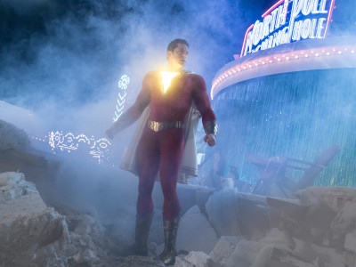 In foto, il supereroe Shazam (Zachary Levi) in una scena del film Shazam! © Warner Bros.
