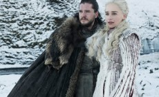 Kit Harington ed Emilia Clarke nei panni di Jon Snow e Daenerys Targaryen nella serie TV Game of Thrones (HBO)