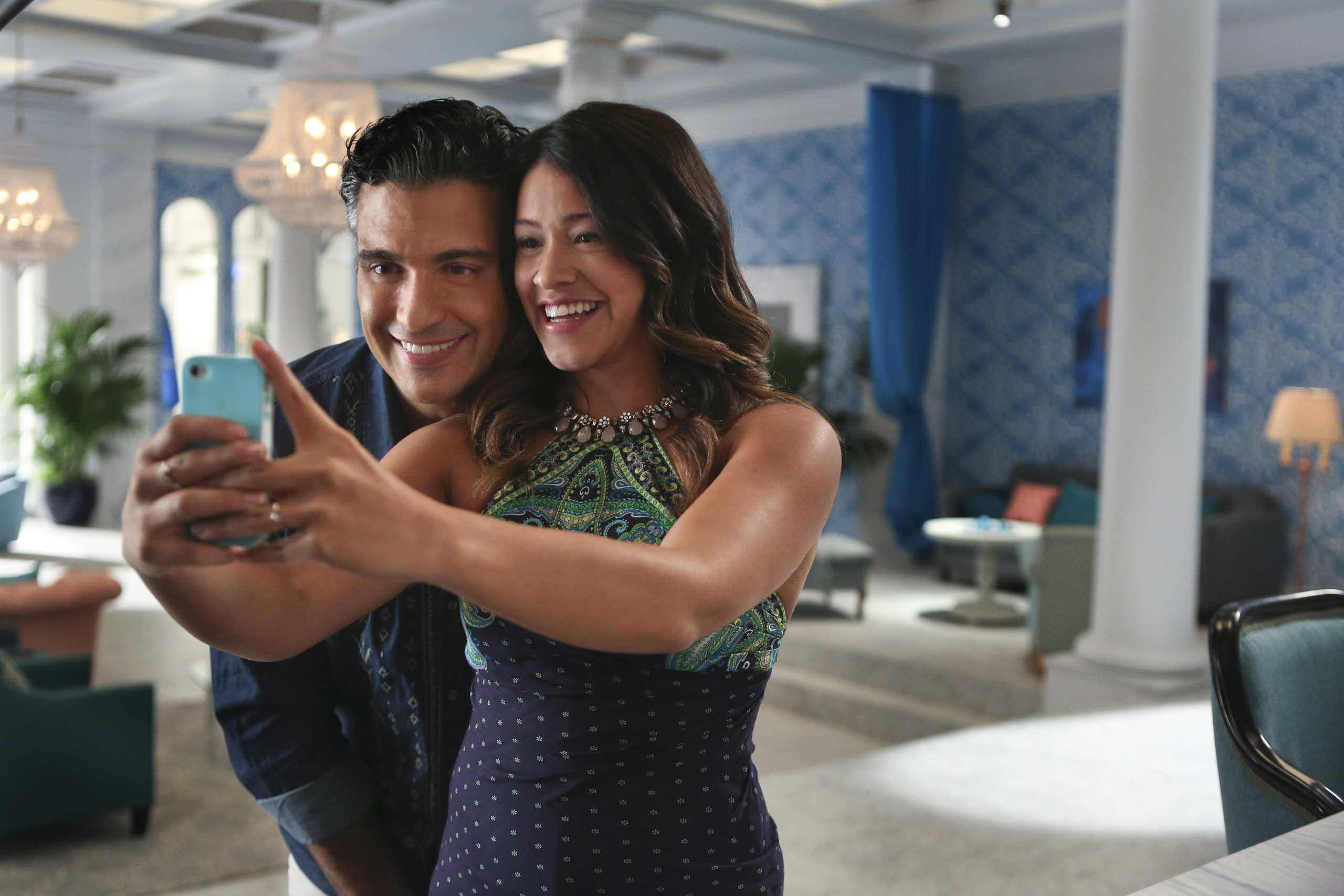 In foto, Jaime Camil e Gina Rodriguez sul set della serie Jane the Virgin. Foto di Patrick Wymore/The CW