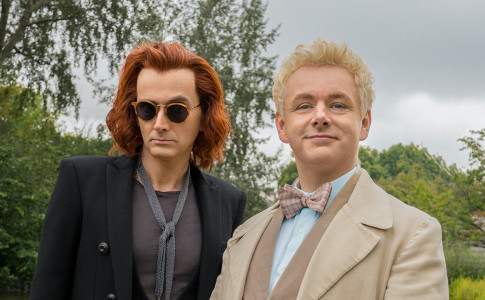 In foto, Crowley (David Tennant) e Aziraphale (Michael Sheen) in una scena della miniserie Good Omens