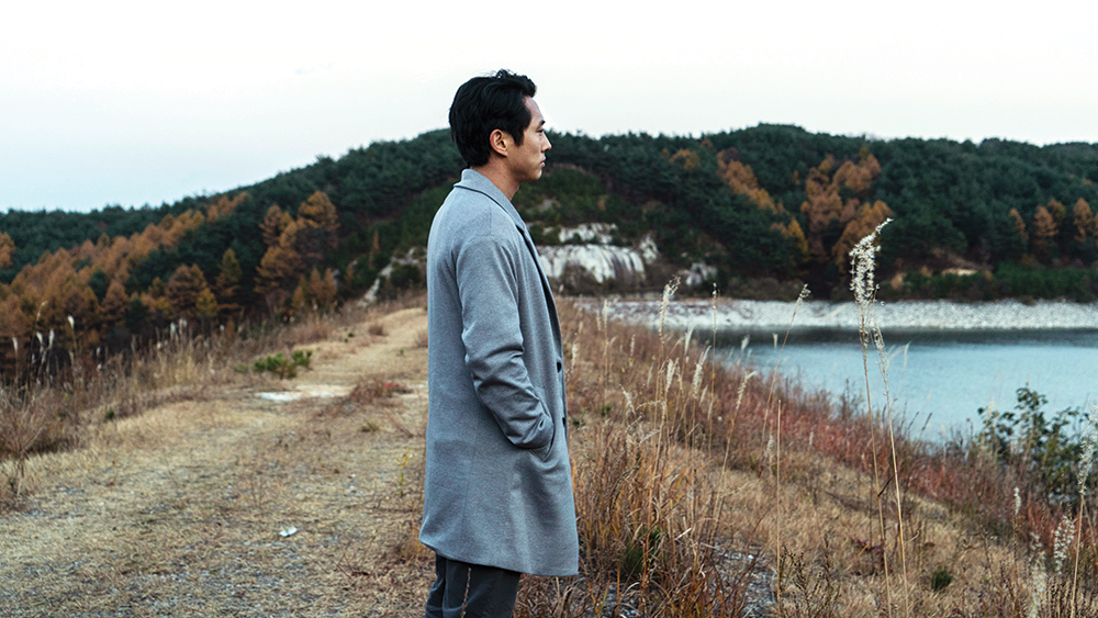 In foto, l'attore Steven Yeun interpreta Ben in una scena del film Burning
