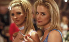 Lisa Kudrow e Mira Sorvino in una foto di scena di Romy and Michele's High School Reunion (David Mirkin, 1997)