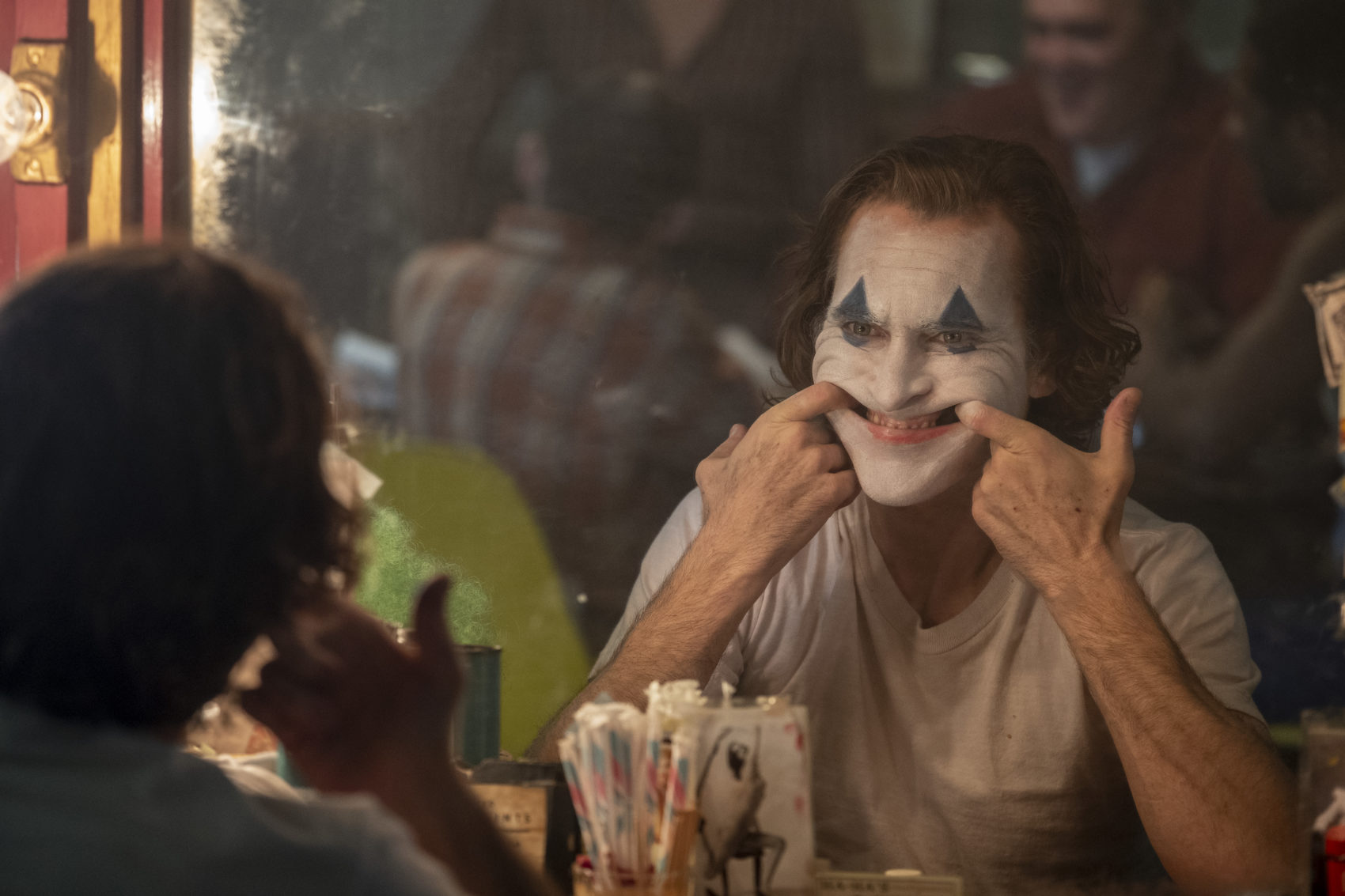 In foto, Joaquin Phoenix ( Arthur/Joker) in una scena del film Joker, di Todd Phillips