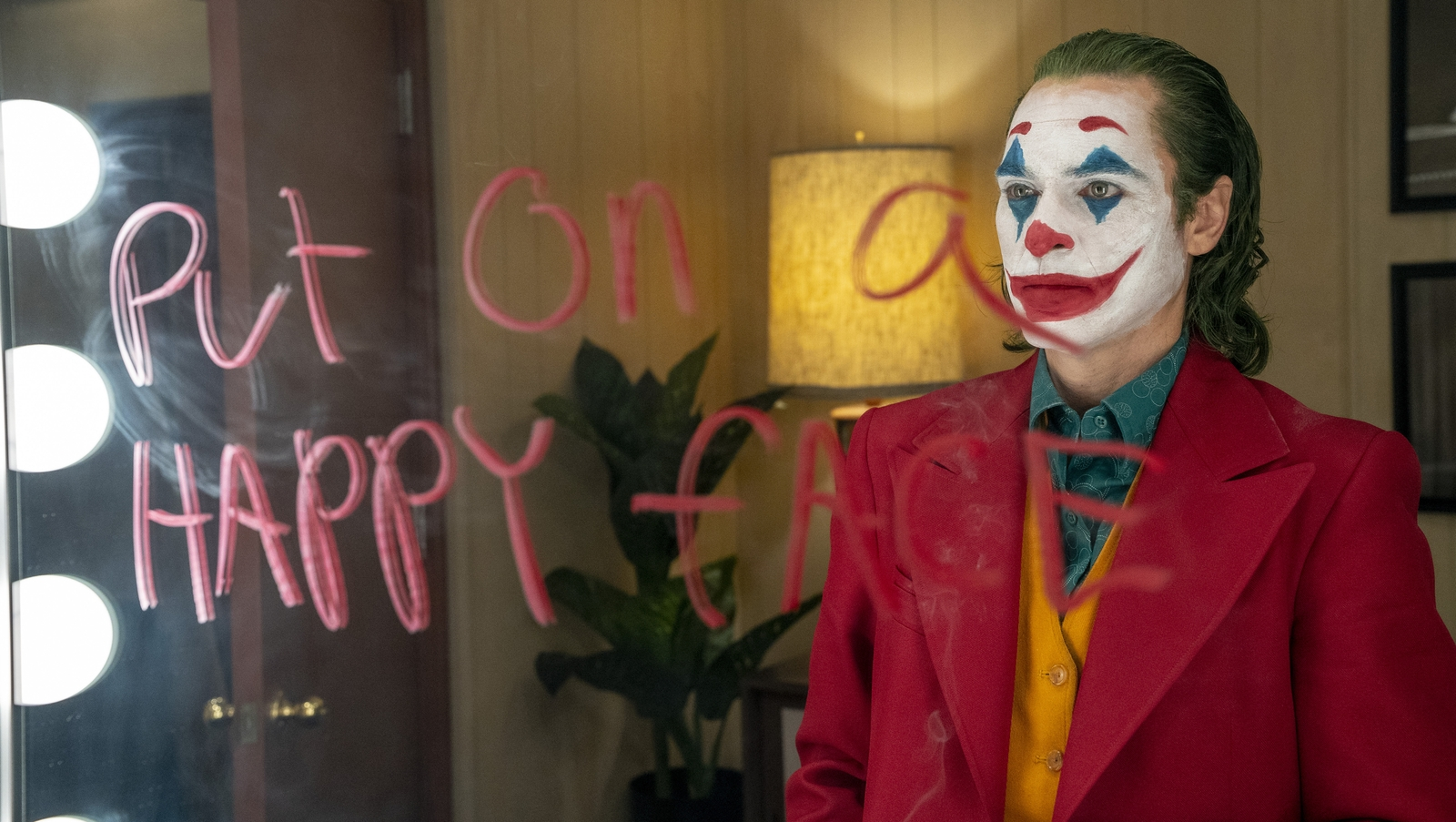 In foto, Joaquin Phoenix (Arthur/Joker) in una scena del film Joker, di Todd Phillips