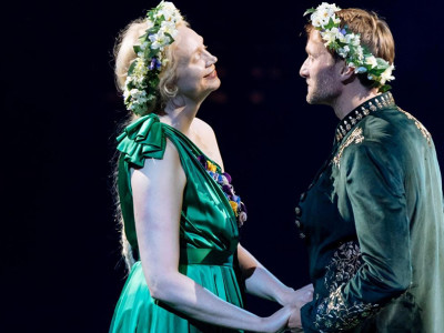 In foto, Christie Oliver e Chris National, rispettivamente interpreti di Titania e di Oberon/Teseo, in Midsummer Night's Dream, diretto da Nicholas Hytner per il National Theatre